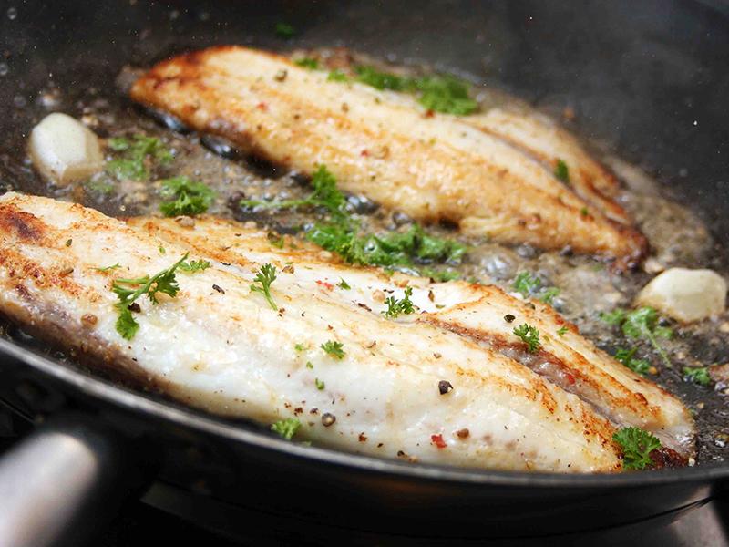 Tilapia-Fischfilet in der Pfanne