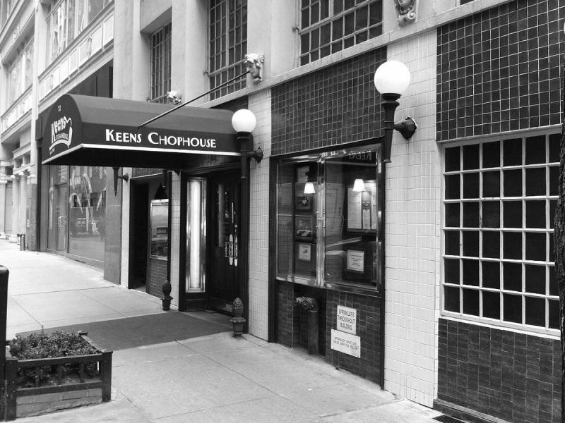 Keens_Steakhouse_(Manhattan,_New_York)_001.jpg